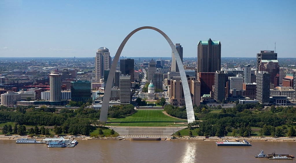 the gateway arch The gateway arch is a 192-meter (630-foot) monument in st louis in the us state of missouri it is the world's tallest arch and the tallest man-made monument in the western hemisphere.